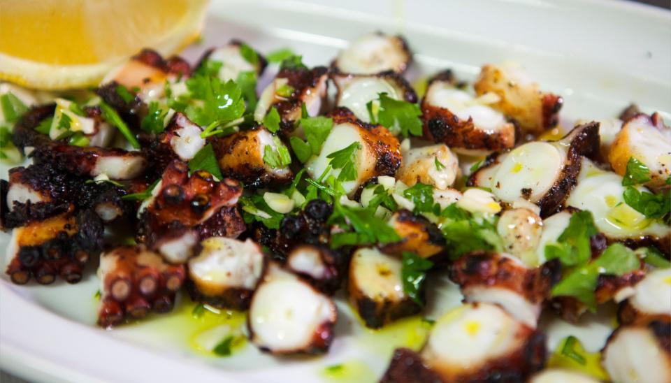 Pulpo asado aliñado con aceite y perejil - restaurante Emiliano, almuñécar